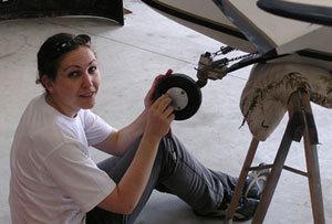 Jeune professionnelle de la maintenance aéronautique.
