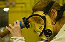 Contrôle de non-contamination à l'usine de la Hague (Areva).