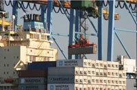 Manutention de conteneurs maritimes, au Havre.