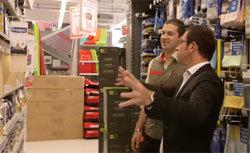 Un directeur de magasin Mr Bricolage.