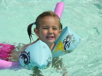 Pour faire nager bébé en sécurité, que choisir ?