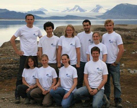 L'équipe d'étudiants Du Garef Océanographique devant le glacier du Roi et les trois couronnes