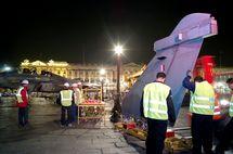 L'installation des avions de nuit sur la place de la Concorde à Paris