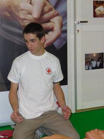 Jeune bénévole de la Croix Rouge donnant un cours de secourisme