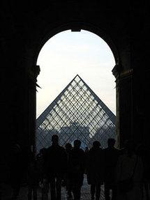 La célèbre pyramide, entrée du musée du Louvre