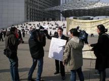 Yannick Miel, un ''jeune diplômé en solde'' se vend à La Défense