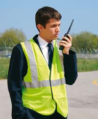 L'agent de trafic coordonne toutes les opérations au pied de l'avion avant le décollage