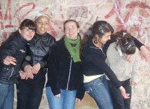 Gwénaelle avec des filles de la cité