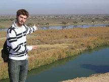 Antoine, un étudiant français, sur les bords de l'Euphrate.