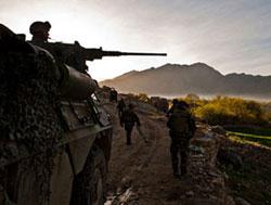 Militaires français dans la vallée d'Alasaï (copyright : adjudant. Drahi / SIRPA Terre)