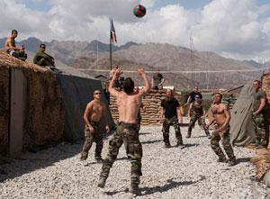 Après 48 h de mission, les soldats décompressent, mais toujours en treillis. On ne sait jamais... (Copyright : adjt. Drahi / SIRPA Terre)