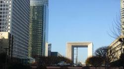 C'est dans le grand quartier d'affaires de La Défense, près de Paris, que Richelle travaille.