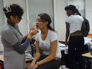 Maquillage en coulisses par Siham, sur le point de lancer ''Siham Esthétique