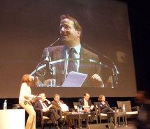 Martin Hirsch à la tribune, le 16 février 2010, présente le service civique.