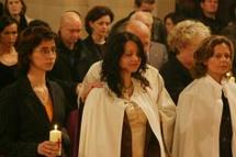 Durant la nuit pascale, du samedi au dimanche de Pâques, les nouveaux baptisés revêtent un vêtement blanc, signe de la vie nouvelle dans laquelle ils entrent.