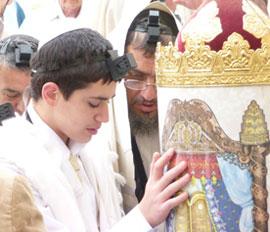 Le jour de sa bar-mitsva, le jeune juif accède à la lecture de la Thora.