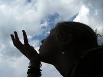 Regarder un oiseau, sentir le souffle du vent sur son visage : des instants à goûter même au coeur de la douleur.