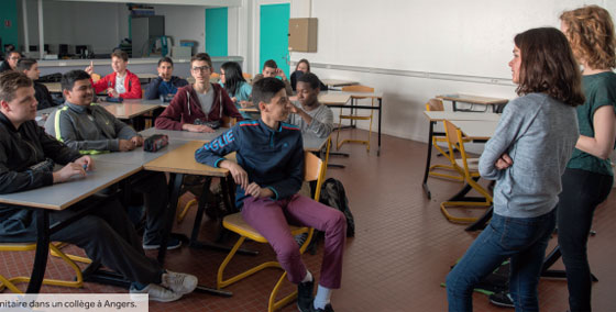 Des étudiants en service sanitaire dans un collège à Angers.