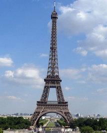 Le champ de mars, sous la tour Eiffel, où devait avoir lieu l'apéro géant du 23 mai.