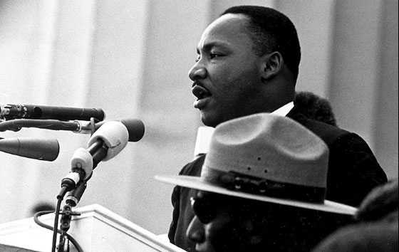 Martin Luther King à la tribune le 28 août 1963 à Washington.