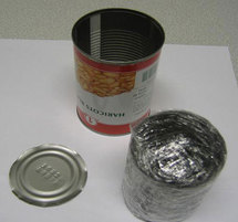 Cette boîte de conserve de haricots contenait en réalité 200 g de cocaïne. La police l'a découverte dans un camion qui en transportait 17000. Photo : Préfecture de police.