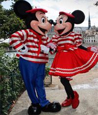Un candidat passe un test de langues sur le stand Disney lors d'une journée de recrutement.