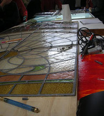 Travail du vitrail traditionnel au plomb.