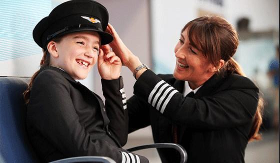 Hannah Revie, qui tourne dans le clip et sa mère, elle-même pilote à Easyjet.