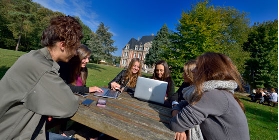 Etudiantes de Neoma Business School sur le campus de Rouen. © Neoma BS