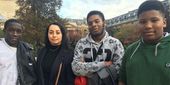 Rachida Grairi, fondatrice de Club France Réussite, avec des jeunes lors d'une visite de l'Assemblée nationale. © reussirmavie.net