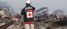 Un secouriste de la Croix-Rouge à Otsuchi, l'un des points les plus touchés de la côté japonaise.