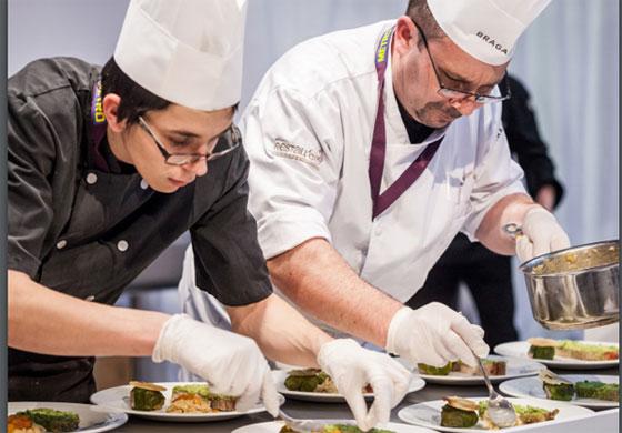 Cuisinier de restauration collective et son apprenti lors du concours gastronomique Le Gargantua © snrc.fr