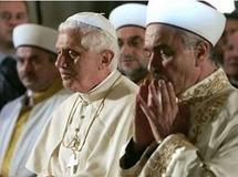 Benoit XVI entouré d'autres chefs religieux, à Assise en 2011