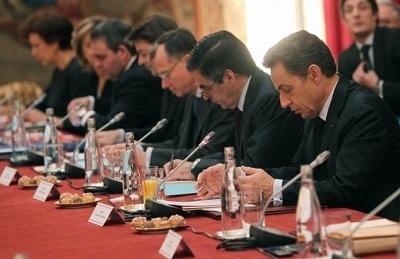 Le chef de l'Etat et le gouvernement à la table du sommet social, le 18 janvier 2012.