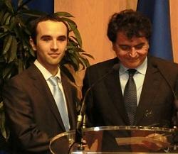 Rémi Campagne (à g.) reçoit le Grand  Prix du VIE Monde du secrétaire d'Etat au Commerce extérieur..