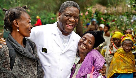 """Le Dr Mukwege sur l'affiche du film """"L'homme qui répare les femmes, la colère d'Hippocrate""""."""