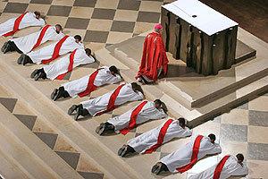 Rite de la prosternation au cours d'une ordination à Notre-Dame de Paris (photo : Godong)