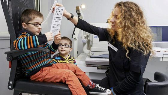 Une orthoptiste dans une clinique ophtalmologique. Photo : clinique de l'Union à St-Jean (31).