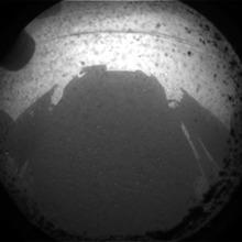 Premières images de Mars avec l'ombre de Curiosity.