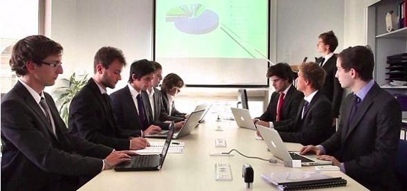 Des étudiants déjà en position professionnelle à la junior-entreprise de l'ISEP.