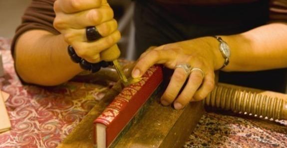 Le doreur décore et restaure livres, miroirs et meubles.
