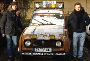 Romain et Amaury devant leur 4L sous la neige du Nord avant les sables du Sahara.