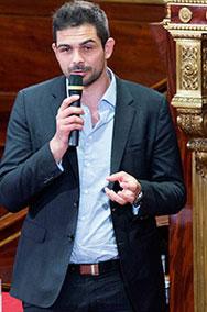 Jérémy Wies reçoit le Grand prix des cités en 2014 au Sénat.