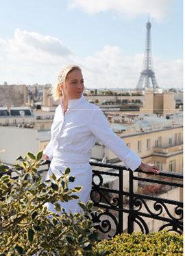 A la terrasse de l'hôtel Raphaël où elle est chef.