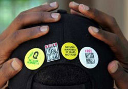 Pins demandant la libération de Mandela.
