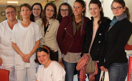 Les étudiantes de l'ENSAIT dans la maternité où elles livrent leur production.