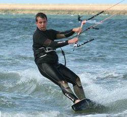 Un diplômé de l'Ensait a conçu un textile nouveau pour les combinaisons de kitesurf.