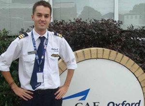 Ryan devant l'école de pilotage d'Oxford.