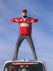 Antoine sur le toit de sa chère 4L aux couleurs de ses sponsors