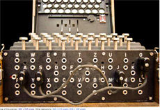 """Machine dite """"Enigma"""", très utilisée durant la seconde guerre mondiale pour chiffrer l'information. (Wikimedia)"""